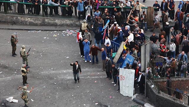 Столкновение между сторонниками и противниками президента Хосни Мубарака на площади Тахрир в Каир. Архивное фото