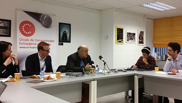 Глава испанского отделения Международной Амнистии Эстебан Бельтран (в центре) во время пресс-конференции