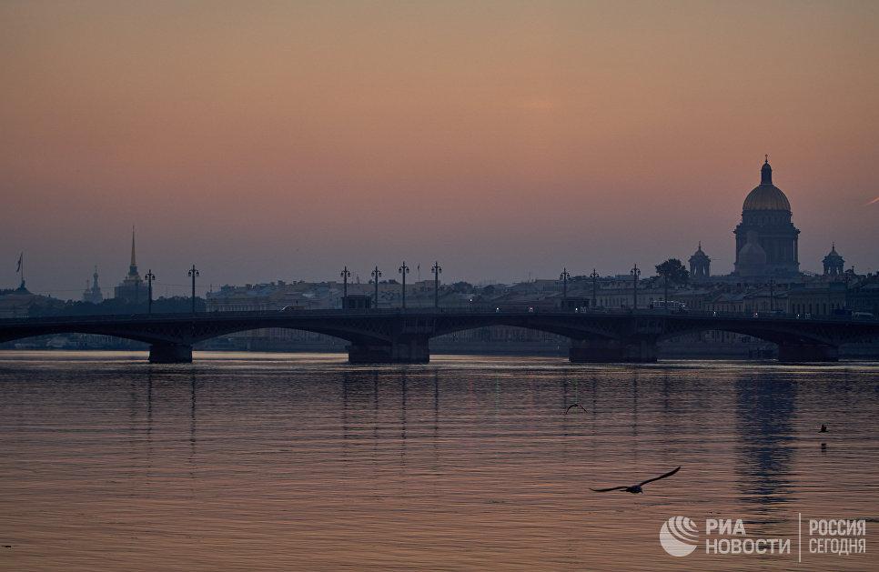 Вид на Благовещенский мост и Исаакиевский собор на рассвете в Санкт-Петербурге