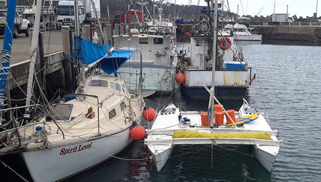 Яхта, на которой житель Новой Зеландии Алан Лэнгдон и его шестилетняя дочь дрейфовали в Тасмановом море