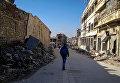 Мужчина на улице в районе Аль Назирия в сирийском Аллепо