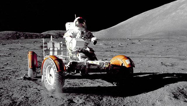 Американский астронавт Юджин Сернан на лунном автомобиле