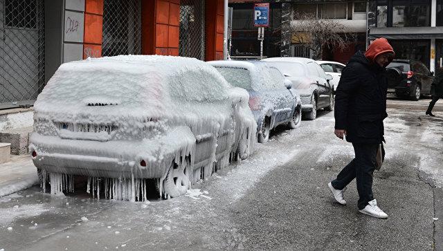 Обледеневшие автомобили на улице в Салониках. 9 января 2017