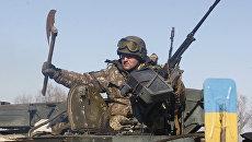 Украинский военный с секирой на бронемашине. Архивное фото