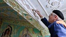 Пенсионер Владимир Чайка расписал подъезд в стиле барокко в Киеве