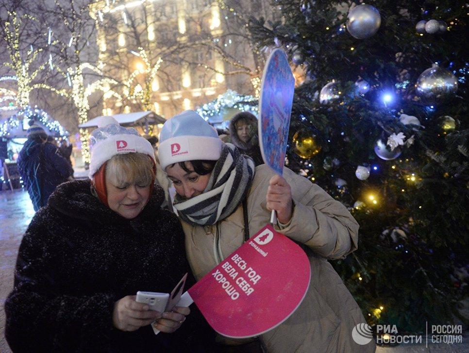 Зрители перед началом парада Снегурочек в Москве
