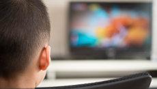 Мальчик смотрит телевизор. Архивное фото