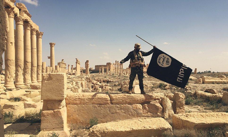 Первый захваченный флаг ИГ в Пальмире на развалинах старого города. Сирия, 26.03.2016
