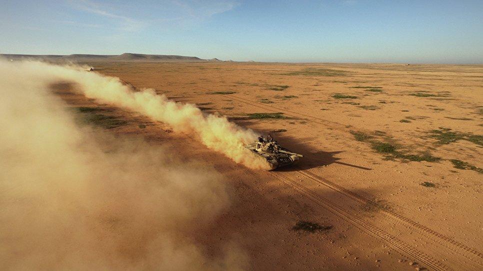 Перекресток дорог Алеппо – Ракка. Экипаж советского среднего танка Т-55 выступил на первые боевые стрельбы. Сирия, 10.2015