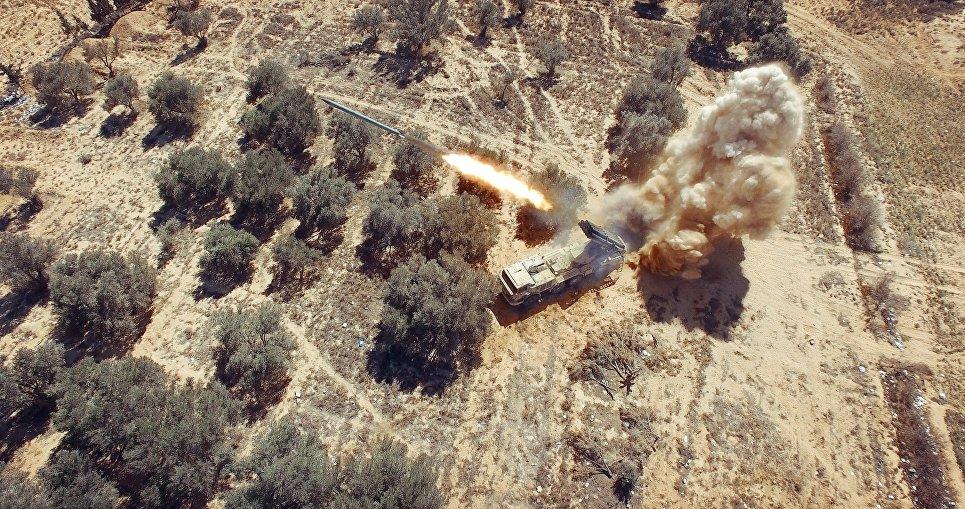 Дальнобойная реактивная система залпового огня (РСЗО) Смерч во время штурма позиций боевиков ИГ в Пальмире. Сирия,  02. 2016