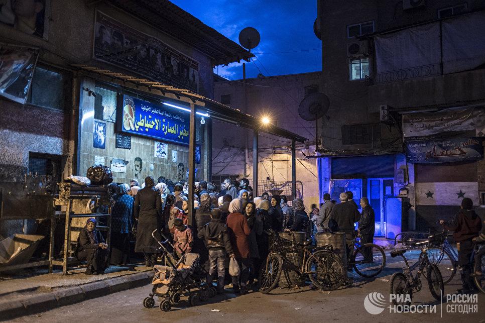 Жители Дамаска в очереди за хлебом. Сирия, 02.12.2015