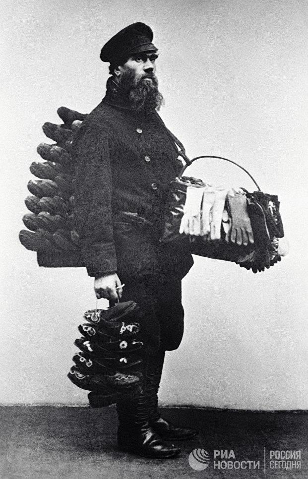 Московский продавец комнатных туфель и перчаток. 1913 год