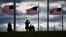 Туристы возле монумента Вашингтона в Вашингтоне. Архивное фото