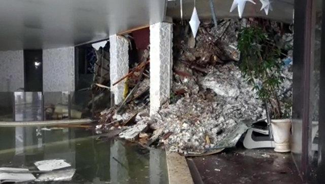 Cотрудники экстренных служб отыскали первое тело погибшего внакрытой лавиной гостинице вИталии