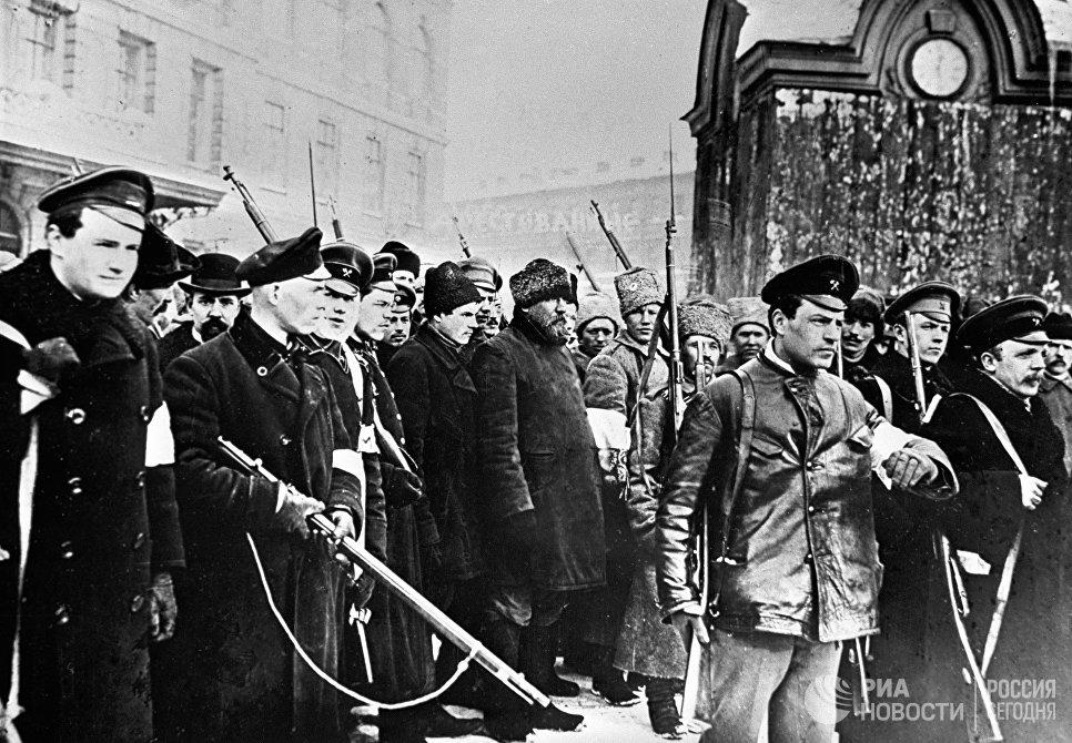 Восставшие ведут в Таврический дворец переодетых городовых во время Февральской буржуазно-демократической революции. Петроград, 1917 год
