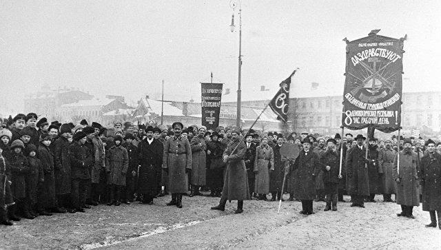 Колонны рабочих фабрики Фаберже и солдаты 2-го Московского запасного полка направляются на демонстрацию во время февральской буржуазно-демократической революции. 1917 год