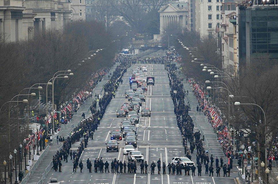 Президент США Барак Обама и избранный президент Дональд Трамп едут на церемонию инаугурации. 20 января 2017