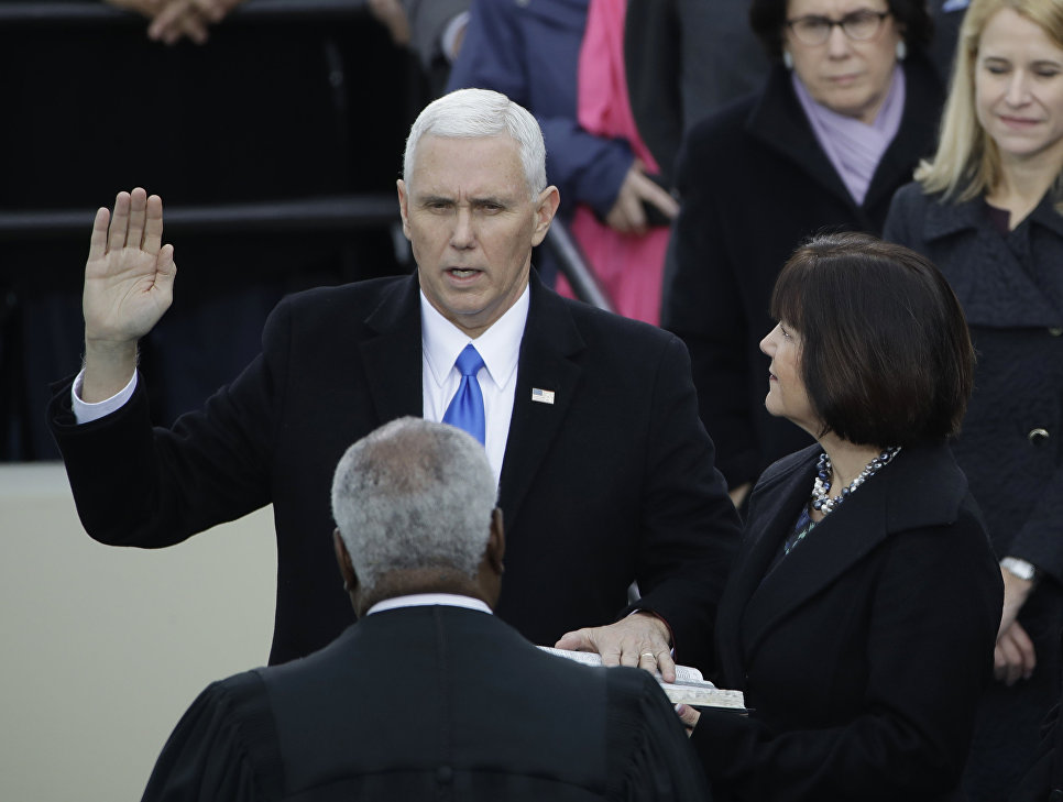 Новый вице-президент США Майкл Пенс во время принятия присяги. 20 января 2017