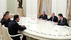 Президент РФ Владимир Путин и главный исполнительный директор ПАО НК Роснефть Игорь Сечин на встрече с представителями зарубежных деловых кругов. 25 января 2017