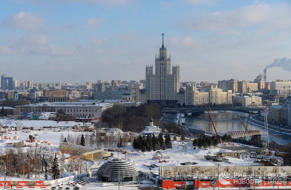 Район Зарядье и высотное здание на Котельнической набережной в Москве