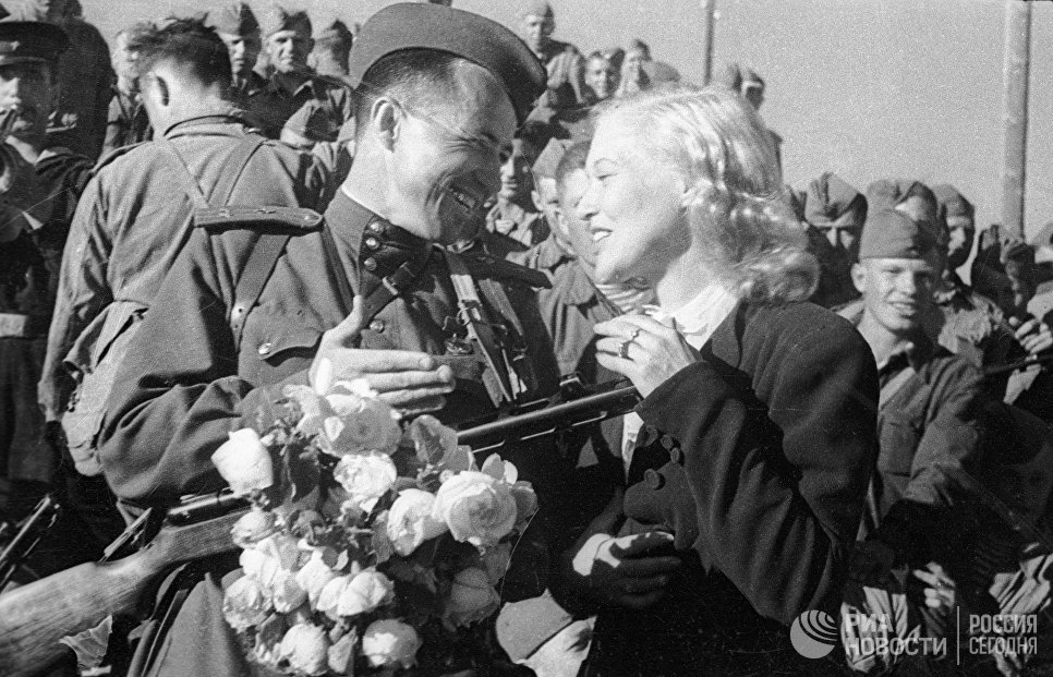 Артистка Любовь Орлова провожает солдат на фронт