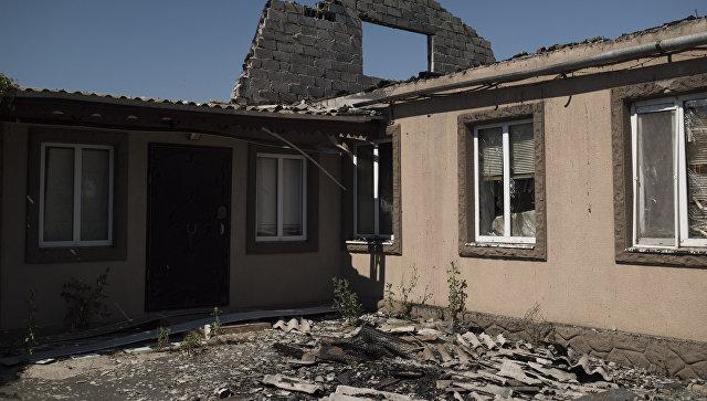 Разрушенный после обстрела дом в поселке Коминтерново Донецкой области.. Архивное фото