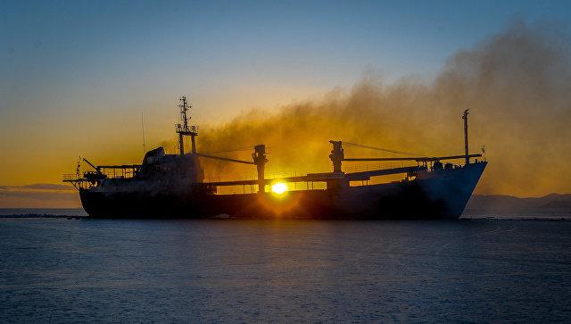 Брошенное уберегов Владивостока судно «Еруслан» перестало гореть
