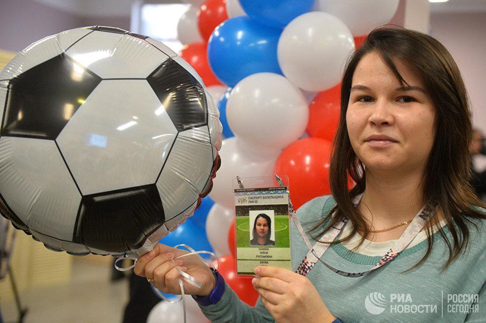 Выдача первых паспортов болельщиков Кубка конфедераций 2017 в Казани