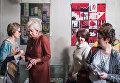 Посетители у коллективных работ Памяти друга, День победы - работы участников студии лоскутного шитья Красный сарафан на открывшейся выставке Аты-баты
