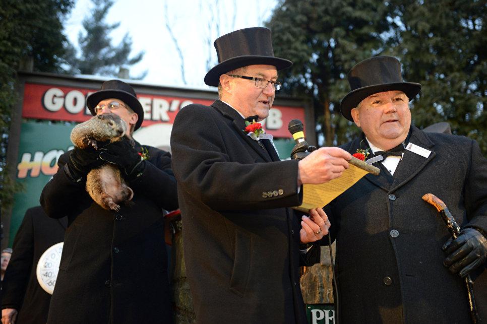 Вице-президент Клуба сурка Джефф Ланди зачитывает прогноз от сурка Фила