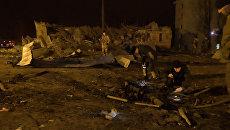Разрушенные дома и сгоревшая машина - последствия ночного обстрела Донецка