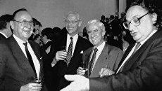 Министр иностранных дел Германии Ганс-Дитрих Геншер с коллегами - голландцем Гансом ван ден Броком, бельгийцем Жаком Поос и итальянцем Джанни Де Микелисом после подписания Маастрихтского договора. 7 февраля 1992 года