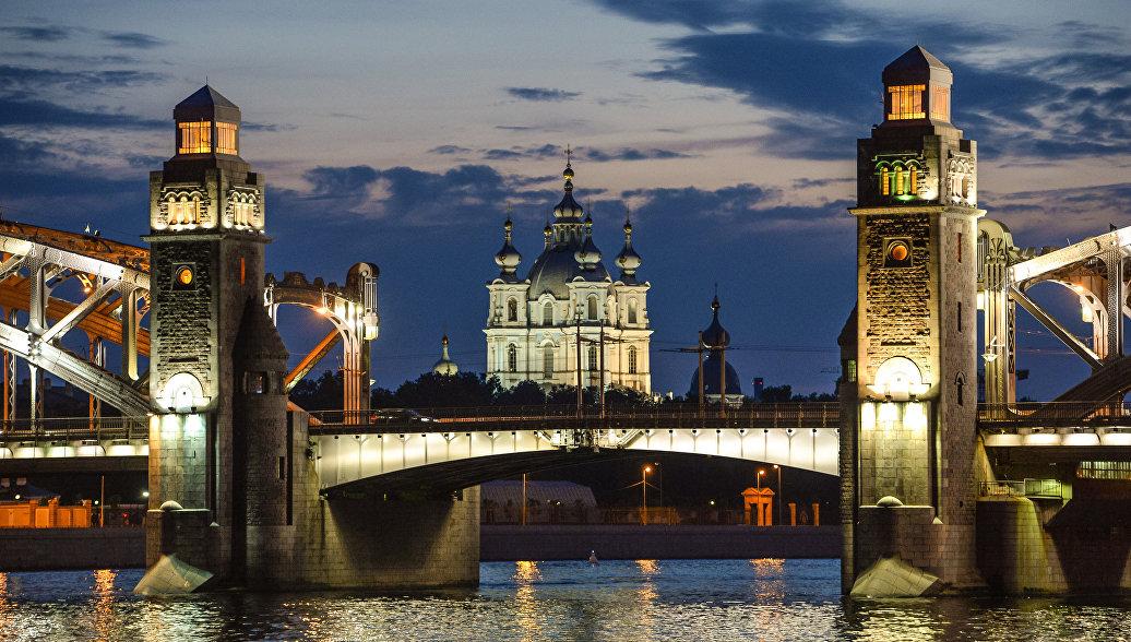 Вид на мост Петра Великого и Смольный собор во время белых ночей в Санкт-Петербурге