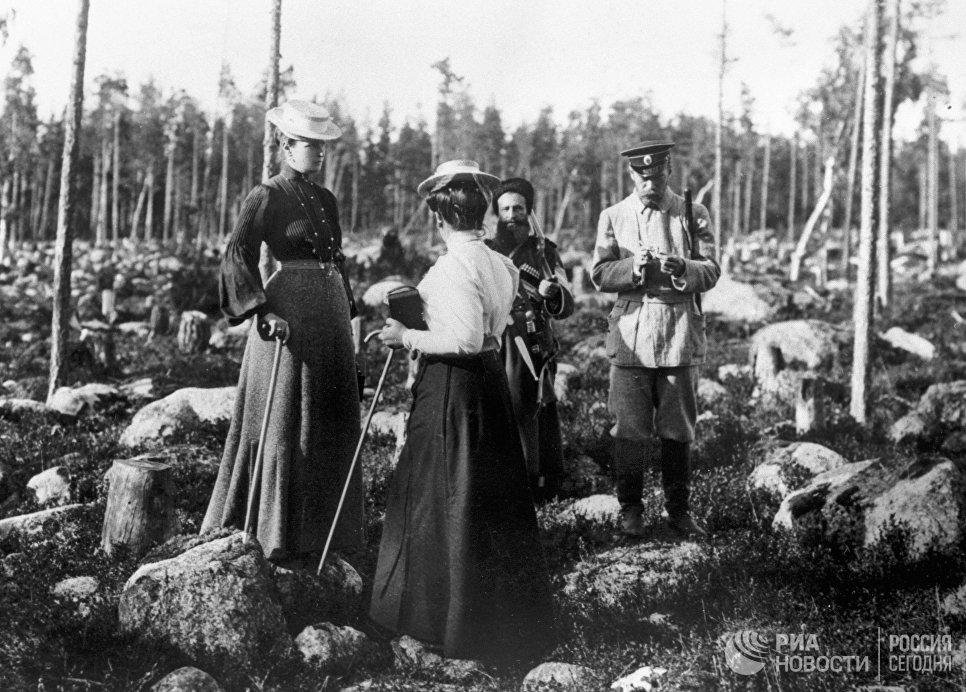 Российский император Николай II с семьей на охоте в финских шхерах. 1912 год