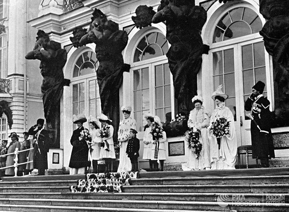Члены императорской семьи на ступенях Екатерининского дворца в Царском Селе
