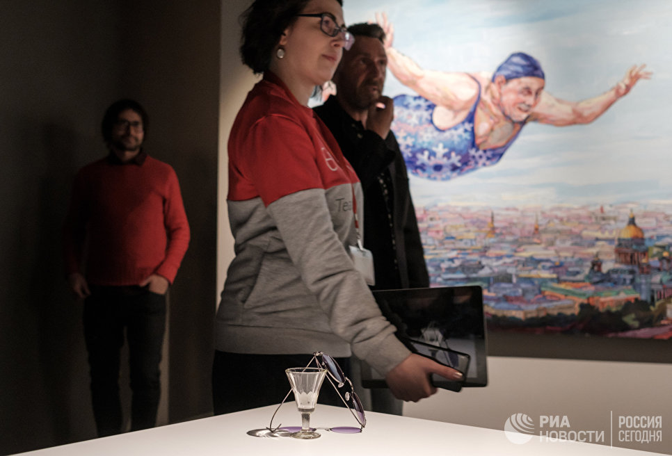 Лидер группы Ленинград Сергей Шнуров на собственной выставке Ретроспектива брендреализма в музее современного искусства Эрарта в Санкт-Петербурге