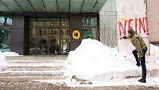 Депутат парламента Украины от фракции Блок Петра Порошенко Алексей Гончаренко делает надпись на фрагменте Берлинской стены у здания посольства ФРГ в Киеве