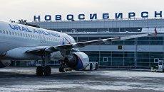 Самолет на перроне новосибирского аэропорта. Архивное фото