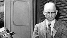 Советский разведчик Рудольф Абель возле суда в Бруклине