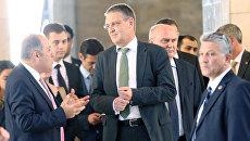 Статс-секретарь МИД ФРГ Маркус Эдерер (в центре), Архивное фото