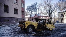 Автомобиль, поврежденный в результате обстрелов, в Донецке. Архивное фото