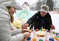 Участники зажигают свечи на снежном торте во время Арт-битвы Снеговиков в Московском Дворце пионеров на Воробьевых горах