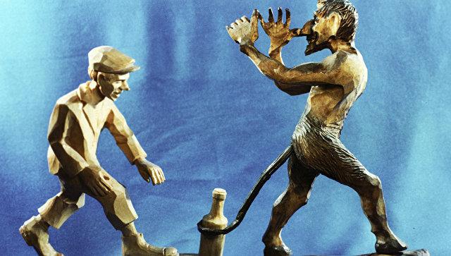 Деревянная фигурка Черт и молодой пьяница