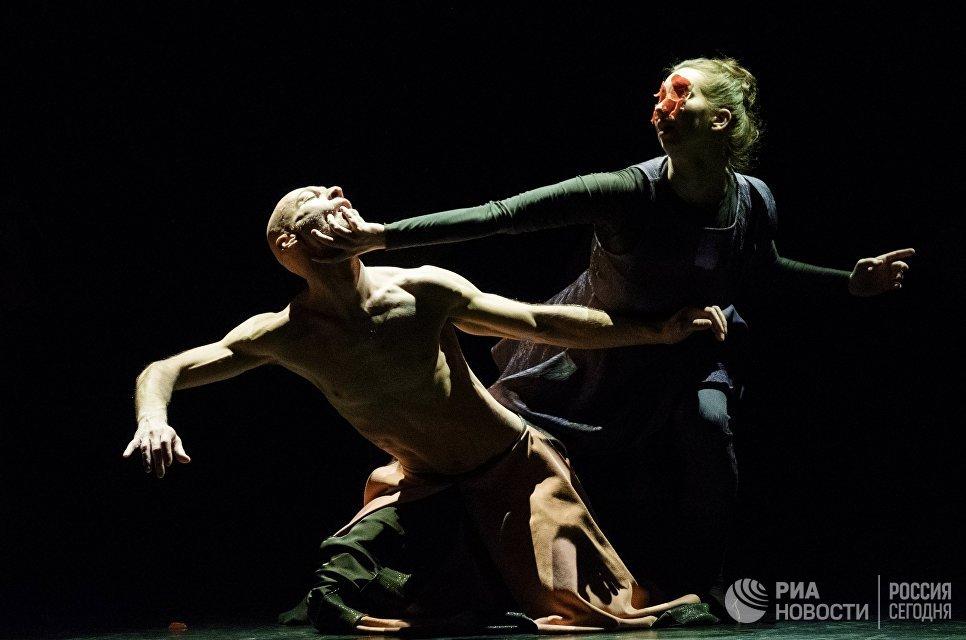 Александр Челидзе и Полина Митряшина выступают на вечере балета Танцы о любви