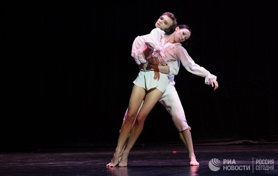 Прима-балерина Мариинского театра Виктория Терешкина и солист Мариинского театра Александр Сергеев выступают на вечере балета Танцы о любви