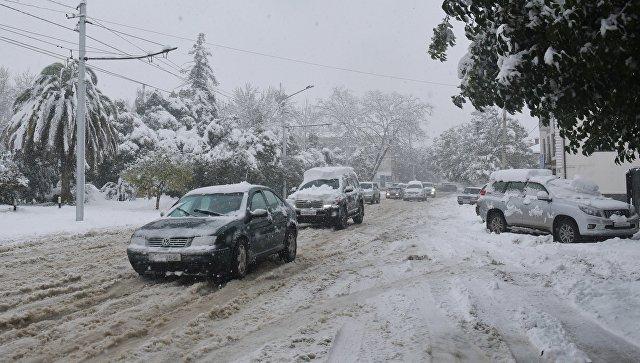 Движение транспорта во время снегопада. Архивное фото