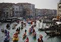 Маскарад на Гранд-канале во время венецианского карнавала, Италия