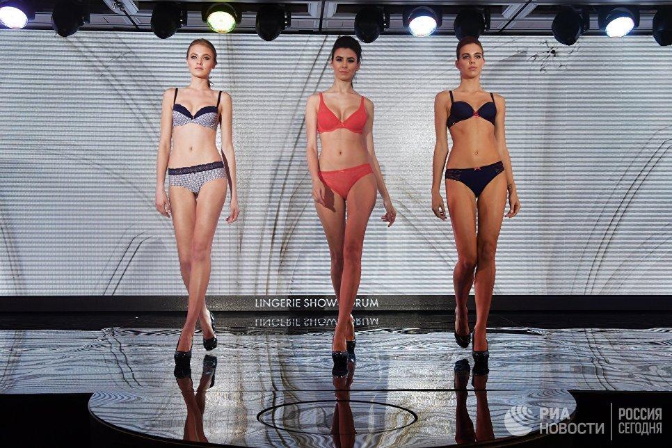 Модели во время дефиле в купальниках на Международной выставке нижнего белья и купальников Lingerie Show-Forum - 2017 в Москве