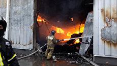 Пожарные разбирали завалы и тушили огонь на месте возгорания в Мытищах
