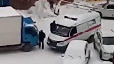 В Новосибирске водитель грузовика отказался пропустить скорую помощь
